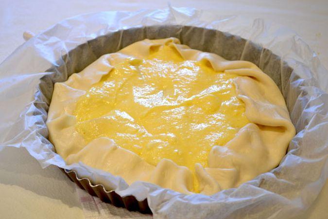 Versate il composto di uova e ricotta nello stampo in modo da coprire la frutta; infornate per 35-40 minuti (o fino a quando la pasta è dorata e il composto gonfio)