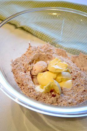In una ciotola larga unite farina e cacao, poi aggiungete la Vallé+Burro fredda  e lavorate velocemente sfregando gli ingredienti tra i polpastrelli finché il composto assomiglierà a sabbia bagnata. Unite il tuorlo, lo zucchero, la vaniglia e l'acqua e impastate velocemente. Formate una palla, avvolgete con pellicola e mettete in frigo per due ore