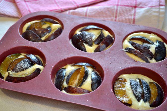 Sistemate qualche fettina di prugna su ogni tortino, spoverate con un pizzico di zucchero e infornate per 25 minuti circa