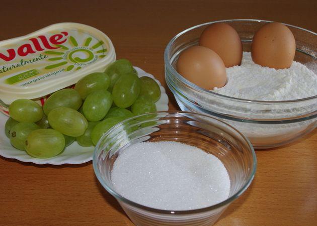 Gli ingredienti. Lavare per bene gli acini d'uva quindi tagliarli a metà e togliere i semini. Se si vuole anche togliere le bucce dividere in 4 spicchi, si toglierà facilmente. Setacciare la farina, il lievito ed il sale.