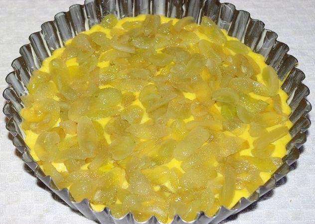 Mettere nello stampo imburrato ed infarinato se è a cerchio apribile altrimenti con carta da forno per evitare di ribaltare la torta per passarla nel vassoio. Quindi distribuirvi sopra l'uva e cospargere con una manciata di zucchero semolato