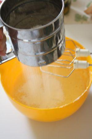 Aggiungere prima le uova e poi la farina e il lievito