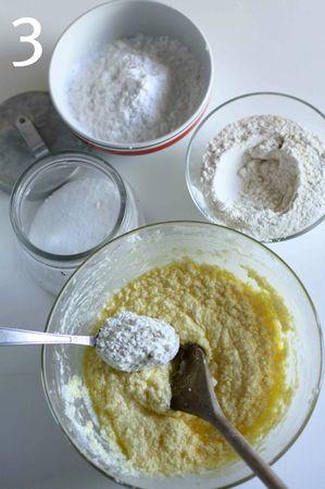 Mescolare insieme la farina, la fecola e il sale e aggiungerli un cucchiaio per volta all'impasto