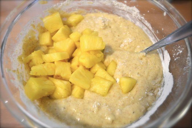 Unite 2/3 dei cubetti di ananas e mescolate velocemente