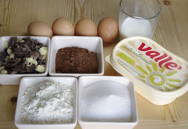 Gli ingredienti. Tritare grossolanamente il cioccolato. Setacciare in una ciotola la farina, il lievito, il cacao ed il sale
