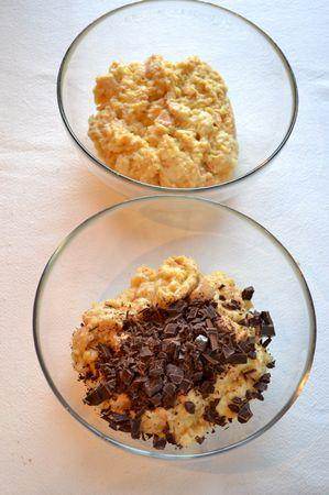 Unite la margarina sciolta, le uova leggermente sbattute e mescolate bene. Tritate grossolanamente il cioccolato, dividete il pane inzuppato in  due parti e unite il cioccolato a una di queste (potete unirlo a tutto il composto se avete fretta)