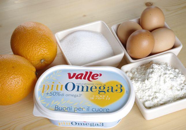 Ingredienti. Setacciare in una ciotola la farina, l'amido, il lievito ed il sale. Montare a neve ben ferma gli albumi con un cucchiaio di zucchero preso dal totale