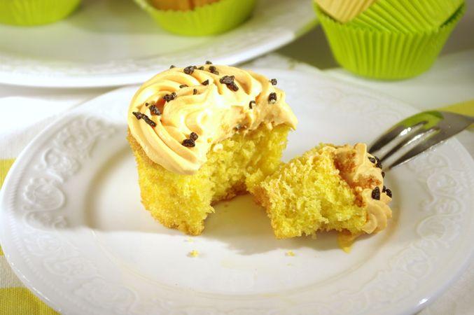 Preparare il frosting al mascarpone:Montare la panna che deve essere ben fredda. Aggiungere il colore giallo quindi una puntina di rosso per fare l'arancio. Lavorare con un mestolo il Mascarpone con lo zucchero setacciato quindi unire la panna montata in 3-4 volte.