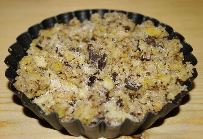 Aggiungere infine la frutta secca ed il cioccolato tagliuzzato grossolanamente. E sfregare ancora.