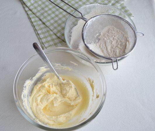 Lavorate la margarina con lo zucchero e la vanillina finchè il composto è morbido e spumoso. A parte, unite la farina col lievito e setacciate due volte