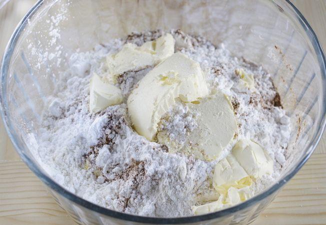 Setacciare in una ciotola la farina, il sale, il lievito e la cannella, unire Vallé+Burro fredda e lavorare strofinando tra le dita fino ad ottenere uno sfarinato