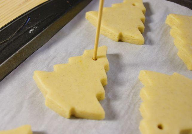 Intanto preparare la glassa mescolando all'albume un po' alla volta lo zucchero e qualche goccia di limone