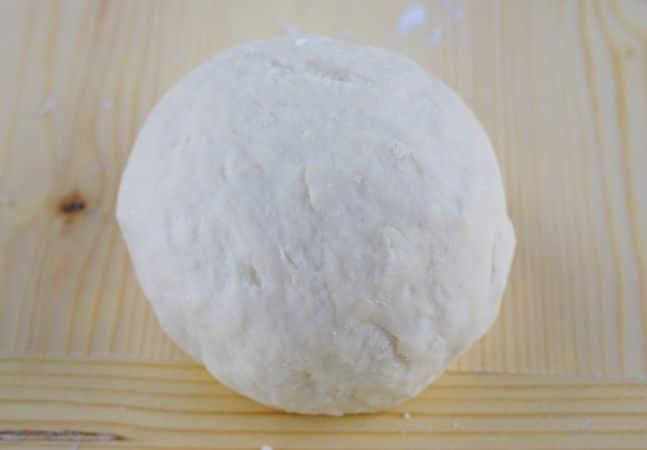 Preparare un lievitino mescolando il miele, il lievito sciolto nel latte tiepido e 100 gr di farina.