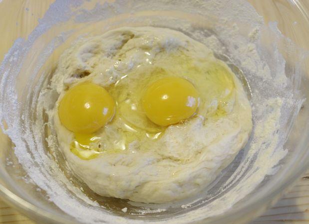 Mettete in una ciotola, coprite con della pellicola e lasciate riposare al caldo per circa 30 minutiPassato il tempo Unite al lievitino le uova e lo zucchero