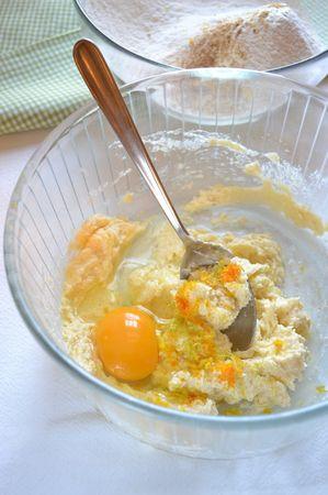Unite farina, lievito, spezie e mescolate. In un'altra ciotola (meglio se capiente), lavorate la Vallé+Burro con 80 gr di zucchero di canna (mettete da parte i 20 gr rimanenti, serviranno dopo); quando il composto è morbido, incorporate l'uovo, la scorza degli agrumi e infine, poca alla volta, la farina