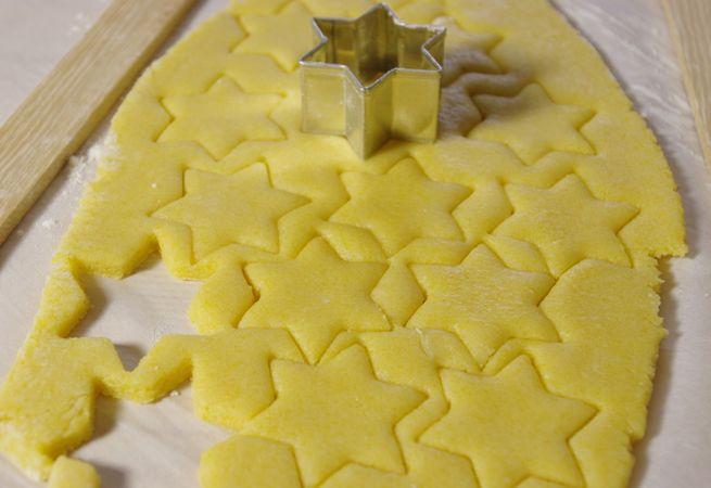 Stendetela ad uno spessore di mezzo cm su della carta da forno infarinata con della fecola o amido di mais. Passatela nello stampo, e tagliate tutto attorno alla stessa altezza. Se si fosse ammorbidito troppo prima di rivestire lo stampo mettetela in freezer per 10 minuti