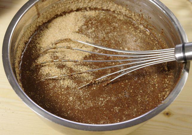 Unite la panna e mescolate bene. Aggiungete lo zucchero e fatelo sciogliere quindi le uova e sbattete forte. Infine gli amaretti ridotti a farina
