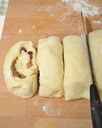 Arrotolate la pasta con delicatezza, poi tagliate tante fette spesse 4 cm circa