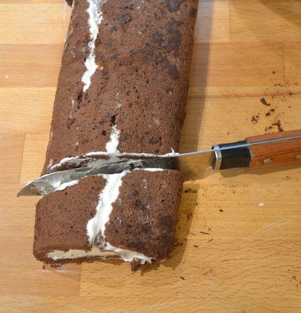 Versate la panna molto fredda in una ciotola capiente e montate con un frullino elettrico; quando comincia a solidificarsi, unite lo zucchero a velo setacciato a pioggia e continuate a frullare finché la panna è montata. Srotolate la pasta biscuit e spalmate la crema di castagne su tutta la superficie, lasciando 2 cm liberi dai bordi. Fate la stessa cosa con ¼ della panna montata, poi arrotolate la pasta. Tagliate il salamotto così ottenuto a ¼ della lunghezza, praticando un taglio obliquo. Mettete la parte più grande sul piatto di portata (protetto con carta forno) e accostate la parte più piccola (sarà il ramo del tronco). Coprite con la panna rimanente