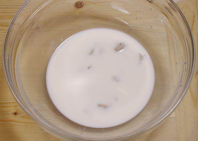 Sciogliere il lievito nel latte tiepido (non caldo)