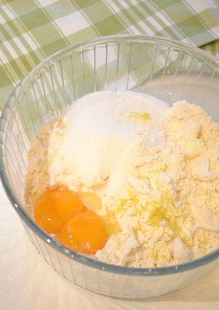 Preparate la pasta frolla. Versate la farina in una ciotola capiente; unite la Vallé+Burro fredda e sfregatela con la farina tra i polpastrelli,  in modo da formare un composto simile a grosse briciole. Unite l'uovo e il tuorlo, lo zucchero, la scorza di limone, il sale e mescolate brevemente
