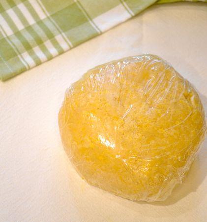 Versate sulla spianatoia e impastate velocemente, poi formate una palla, avvolgetela con pellicola e mettete in frigo per almeno 3 ore (o una notte)