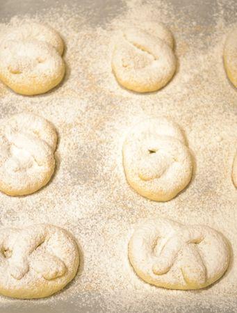 Accendete il forno a 170 gradi. Quando il forno è caldo, mettete i biscotti sulla placca rivestita di carta forno e infornate per 15 minuti circa. Appena sfornati, cospargete con abbondante zucchero a velo mentre sono ancora caldi, poi mettete a raffreddare sulla graticola