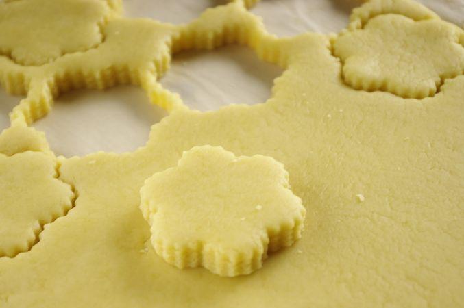 Passato il tempo stendere la pasta ad uno spessore di circa un cm. Per agevolare la stesura farlo su carta da forno leggermente infarinata