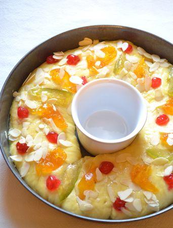 Quando il forno è ben caldo e l'impasto è lievitato, spennellate con uovo sbattuto, cospargete con le mandorle in scaglie e infornate per 30-35 minuti