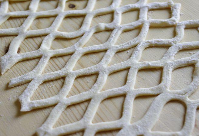 Mescolate la crema con della confettura di amarene o ciliegie, come quantità seguite il vostro gusto.Punzecchiate i dischi nella parte centrale con una forchetta, poi metteteci un cucchiaino di crema e sopra una fetta di ananas ben asciugata con carta assorbente