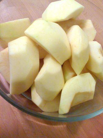 Trascorso il tempo di riposo della pasta, sbucciate le mele e tagliatele a quarti