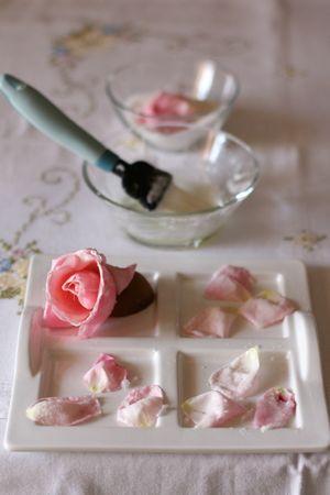 Sbattere gli albumi con una forchetta e spennellare i petali delle rose.  Spolverizzare un po' di zucchero semolato sui petali e mettere in frezeer per 30 minuti