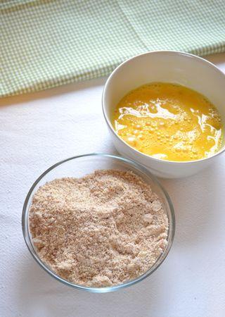 Tritate finemente le mandorle nel mixer e mescolatele allo zucchero; sbattete leggermente le uova