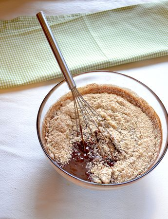 Unite le uova, le mandorle con lo zucchero e la vaniglia al cioccolato e margarina fusi e mescolate bene