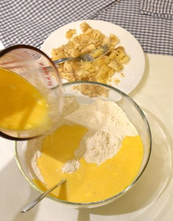 Versate i liquidi nei solidi tutti in una volta, mescolate poco e unite le banane
