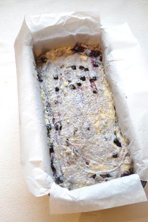 Rivestite uno stampo da plumcake (25x10 cm) con due strisce di carta forno incrociate, leggermente più lunghe dello stampo in modo che i lembi escano da quest'ultimo (oppure usate uno stampo di silicone, ma solo se dotato del supporto che evita l'allargamento in cottura). Versate il composto nello stampo, battetelo sul tavolo qualche volta per livellare e infornate per 45-50 minuti (fate la prova stecchino per sicurezza)
