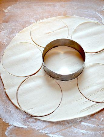Stendete la pasta sfoglia su un ripiano infarinato e tagliate 6 dischi di 12 cm di diametro (se non avete uno stampo tagliate la pasta col bordo infarinato di una tazza larga)