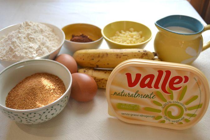 Ingredienti. Accendete il forno a 200 gradi. Rivestite uno stampo da 12 muffins con pirottini di carta. Unite farina, cacao e lievito e setacciate in una ciotola capiente.