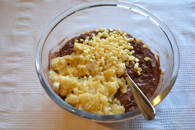 Sbucciate le banane, schiacciatele e unitele all'impasto con le gocce di cioccolata. Mescolate quel poco che basta a distribuire frutta e cioccolato nell'impasto