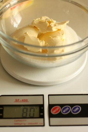 Con una frusta mescolare la margarina e lo zucchero fino a raggiungere la consistenza di una crema soffice