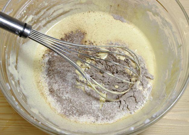 Unire le farine setacciate un po' alla volta mescolando molto delicatamente. Per ultimi gli albumi montati i più riprese
