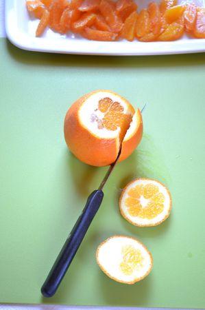Quando torta e crema saranno freddi, pelate a vivo le arance procedendo in questo modo (le foto spiegano molto meglio delle parole): servendovi di un coltellino affilato, tagliate le due calotte del frutto, poi tagliate via la buccia a spicchi  (asportate anche la pellicina che avvolge le arance) lasciando la polpa scoperta