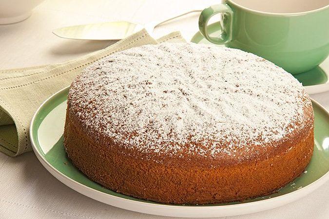 Versa l'impasto in una tortiera imburrata e infarinata e cuocila, in forno già caldo a 200°, per circa un'ora; controlla la cottura della torta con uno stecchino e una volta cotta levala dalla tortiera e lasciarla raffreddare su una gratella. Servila spolverizzata con lo zucchero a velo