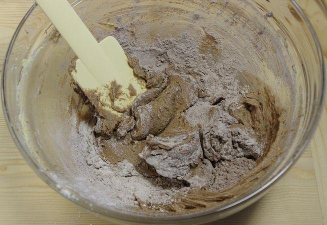 Quindi unire le farine un po' alla volta quando diventa difficoltoso lavorare con il mestolo