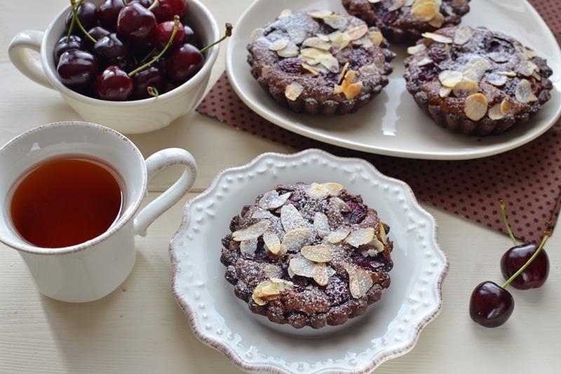 Crostatine al cioccolato, ciliegia e mandorla