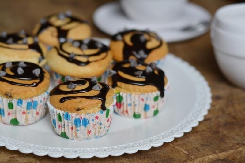 Muffin soffici glassati al cioccolato