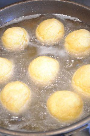 Quando l'olio è ben caldo, friggete le palline finché sono dorate, girandole a metà cottura (le prime richiederanno 3-4 minuti per lato, le ultime un po' meno)