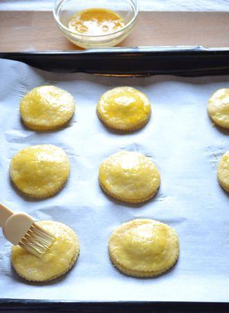 Disponete sulla placca ricoperta con carta forno e spennellate in superficie con uovo sbattuto. Infornate per 15-20 minuti. Per questa dose saranno necessarie due infornate