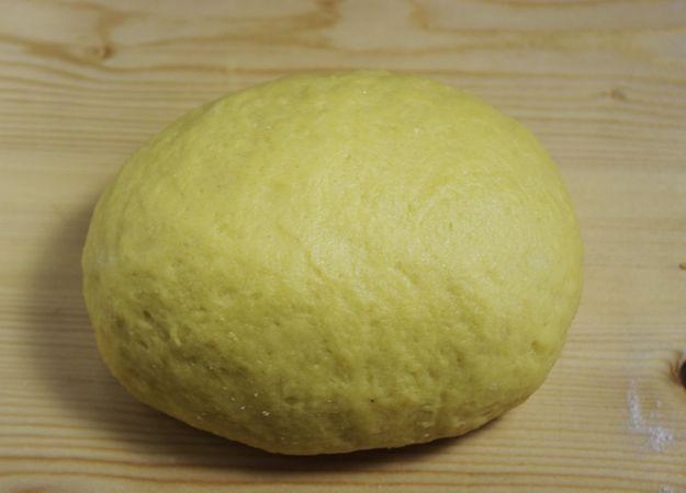 Formate una palla, avvolgetela nella pellicola  e lasciatela riposare in frigo per 30 minuti