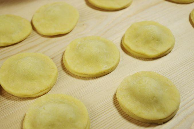 Bagnate i contorni dei metà dischi liberi e coprite con questi quelli con la crema schiacciando bene i bordi